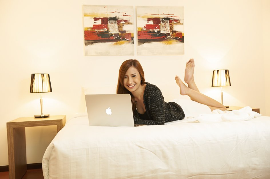 image vien-with-computer-on-bed-2-jpg